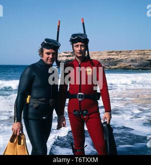 Michael, der Prinz von Preußen mit einem Freund an einem Strand auf Mallorca in Tauchmontur in den 1970er Jahren. Michael, the prince of Prussia with a friend on a beach on Mallorca in scuba gear in the 1970s. - Stock Photo