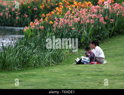 Nanning, China's Guangxi Zhuang Autonomous Region. 2nd May, 2019. People enjoy themselves at a park in Nanning, south China's Guangxi Zhuang Autonomous Region, May 2, 2019. Credit: Zhou Hua/Xinhua/Alamy Live News - Stock Photo