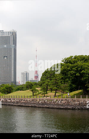 Hama Rikyu Gardens, Tsukiji, Tokyo with the Shiodome District in the background, including the Tokyo Tower and the Acty Shiodome apartment building. - Stock Photo