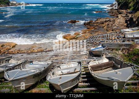 The Bondi beach to Coogee walk is a coastal walk in Sydney New South Wales, Australia. Boats in Gordons Bay. - Stock Photo