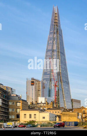 The Shard office skyscraper in Southwark towers over surrounding buildings. - Stock Photo