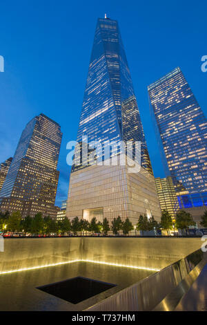 ONE WORLD TRADE CENTER (©LIBESKIND CHILDS GOTTESDIENER SOM 2016) NORTH REFLECTING POOL NATIONAL SEPTEMBER 11 MEMORIAL DOWNTOWN MANHATTAN NEW YORK CITY - Stock Photo