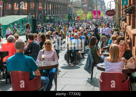 People sitting at outdoor tables at a restaurant in Buchanan Street, Glasgow, Scotland, UK - Stock Photo
