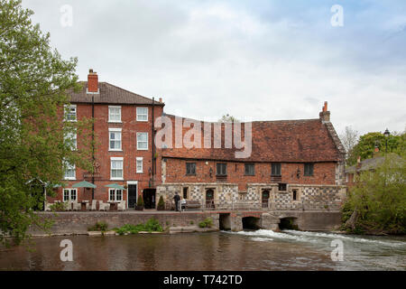 The Old Mill Hotel and restaurant,  Harnham,  Salisbury. A Grade 1 listed building from the 15th century that is popular with visitors and locals. - Stock Photo