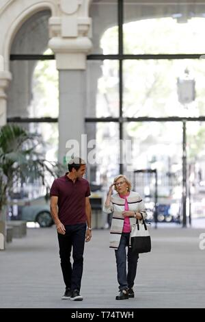 Madrid, Spain. 04th May, 2019. Madrid's Mayoress Manuela Carmena (R) meets with Swiss tennis player Roger Federer in the framework of Mutua Madrid Open tennis tournament, at City Hall in Madrid, Spain, 04 May 2019. Mutua Madrid Open tournament runs form 03 to 12 May in the Spanish capital. Credit: Chema Moya/EFE/Alamy Live News - Stock Photo
