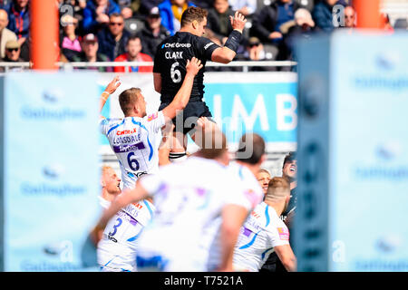 London, UK. 04th May, 2019. 4th May 2019, Allianz Park, London, England; Gallagher Premiership, Saracens vs Exeter Chiefs ; Callum Clark (06) of Saracens reaches for the ball ahead of Sean Lonsdale (06) of Exeter Credit: Georgie Kerr/News Images Credit: News Images /Alamy Live News - Stock Photo