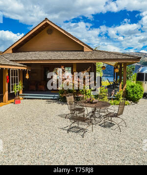 Outdoor cafe on road side close to waterfront of Okanagan lake - Stock Photo