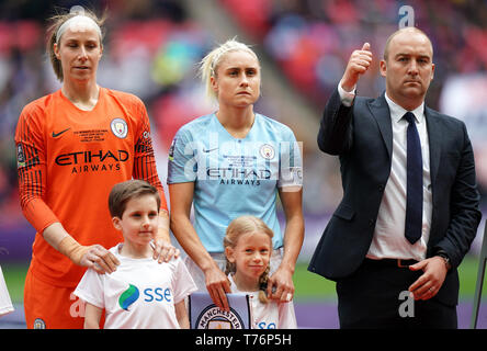 Manchester City Women manager Nick Cushing with captain Steph Houghton (centre) before the Women's FA Cup Final at Wembley Stadium, London. - Stock Photo