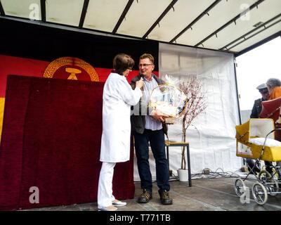 Frau Puppendoktor Pille alias Urte Blankenstein und der Chef des DDR Museums Conny Kaden beim Familientag vom DDR Museum Pirna. Pirna, 01.05.2019 - Stock Photo