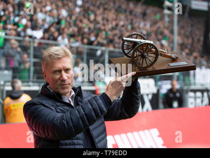 sports, football, Bundesliga, 2018/2019, Borussia Moenchengladbach vs. TSG 1899 Hoffenheim 2-2, Stadium Borussia Park, the former Gladbach footballer Uwe Rahn presents the Kicker Torjaegerkanone as the best goal scorer in the saison 1986/1987, DFL REGULATIONS PROHIBIT ANY USE OF PHOTOGRAPHS AS IMAGE SEQUENCES AND/OR QUASI-VIDEO - Stock Photo