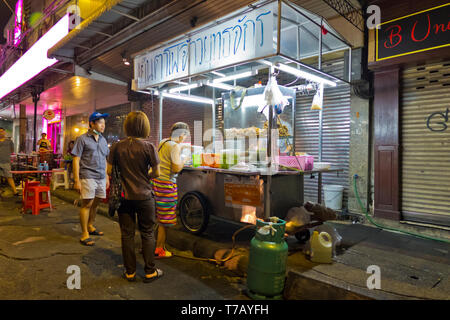 Street food stalls, Sip Sam Hang Road, Banglamphu, Bangkok, Thailand - Stock Photo