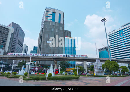 BTS skytrain going past Lumphini Park, Sala Daeng Junction, Pathum Wan district, Bangkok, Thailand - Stock Photo