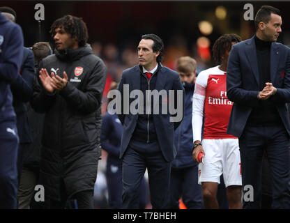 London, UK. 05th May, 2019. A disappointed Unai Emery (Arsenal manager), walks round to thank the fans, after the Arsenal v Brighton and Hove Albion English Premier League football match at The Emirates Stadium, London, UK on May 5, 2019. **Editorial use only, license required for commercial use. No use in betting, games or a single club/league/player publications** Credit: Paul Marriott/Alamy Live News - Stock Photo