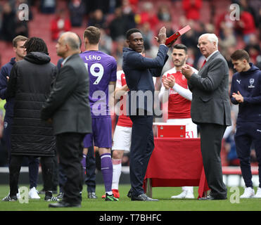 London, UK. 05th May, 2019. Danny Welbeck (A) applauds the fans at the Arsenal v Brighton and Hove Albion English Premier League football match at The Emirates Stadium, London, UK on May 5, 2019. **Editorial use only, license required for commercial use. No use in betting, games or a single club/league/player publications** Credit: Paul Marriott/Alamy Live News - Stock Photo