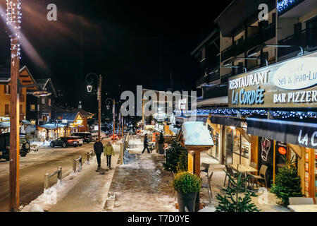 La Clusaz (eastern France): night view of the village - Stock Photo