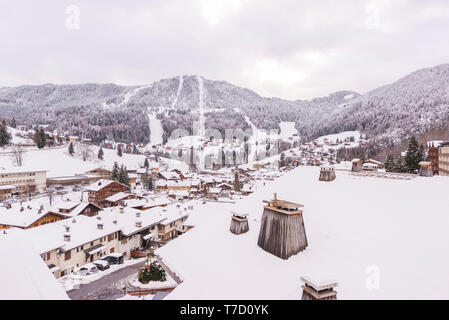 La Clusaz (eastern France): the village on a snowy day - Stock Photo