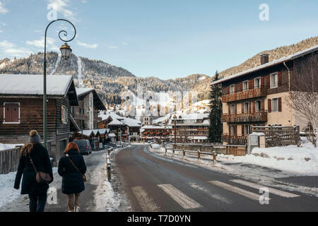 La Clusaz (central-eastern France): the village in winter - Stock Photo