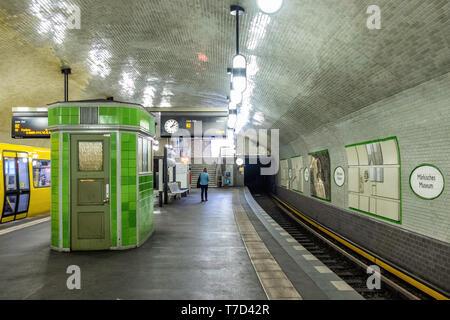 Märkisches Museum U-Bahn.Underground railway station serving the U 2 Line In Mitte,Berlin. Station interior & platform - Stock Photo
