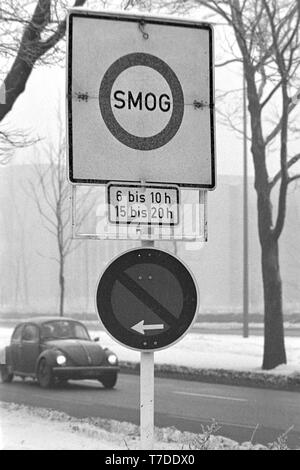 Dortmund, Germany, January 18th 1985. Smog alarm in the Ruhr area. Sign prohibits the exit on the B1 in the city center of Dortmund. In the Federal Republic of Germany for the first time Smog Alarm Level III is called. Above all, the western Ruhr area is affected. Stage III of the Smog Regulation imposed an absolute ban on driving private cars.   ---   Dortmund, 18. Januar 1985. Smog-Alarm im Ruhrgebiet. Schild verbietet die Ausfahrt an der B1 in die Innenstadt von Dortmund. In der Bundesrepublik wird erstmals Smog-Alarm der Stufe III ausgerufen. Betroffen ist vor allem das westliche Ruhrgebie - Stock Photo