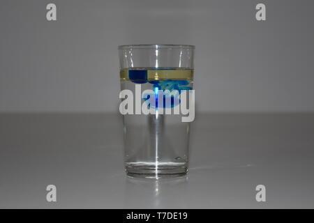 Farbe, Öl, Wasser, Dichte, spezifisches Gewicht, schweben, platzen, platzende Farben, Tropfen, platzende Tropfen, Glas, Wasserglas, schwimmen, Spur, F - Stock Photo