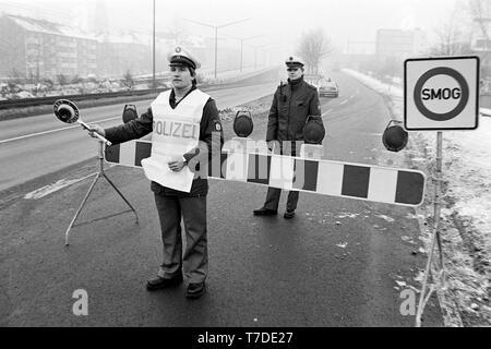 Essen, Germany, January 18th 1985. Smog alarm in the Ruhr area. Car drivers on the B1 in the city of Essen are not allowed to drive into the city. In the Federal Republic of Germany for the first time Smog Alarm Level III is called. Above all, the western Ruhr area is affected. Stage III of the Smog Regulation imposed an absolute ban on driving private cars. ---  Essen, 18. Januar 1985. Smog-Alarm im Ruhrgebiet. Autofarher auf der B1 im Stadtgebiet Essen dürfen nicht in die Stadt fahren. In der Bundesrepublik wird erstmals Smog-Alarm der Stufe III ausgerufen. Betroffen ist vor allem das westli - Stock Photo