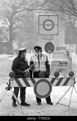 Dortmund, January 18, 1985. Smog alarm in the Ruhr area. Roadblock prohibits the exit on the B1 in the city center of Dortmund. In the Federal Republic of Germany  for the first time Smog Alarm Level III is called. Above all, the western Ruhr area is affected. Stage III of the Smog Regulation imposed an absolute ban on driving private cars.  ---   Dortmund, 18. Januar 1985. Smog-Alarm im Ruhrgebiet. Schild verbietet die Ausfahrt an der B1 in die Innenstadt von Dortmund. In der Bundesrepublik wird erstmals Smog-Alarm der Stufe III ausgerufen. Betroffen ist vor allem das westliche Ruhrgebiet. Mi - Stock Photo