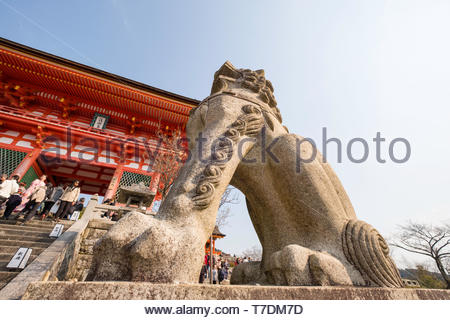 Stone lion statute at the base of the Nio-mon gate, Kiyomizu-dera Temple, Kiyomizu, Higashiyama-ku, Kyoto, Honshu, Japan - Stock Photo