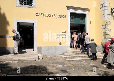 Line of tourists queue queuing outside entrance to Castelo de Sao Jorge to buy tickets in Lisbon Portugal Europe EU  KATHY DEWITT - Stock Photo