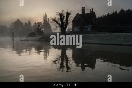 Foggy Autumn morning on the River Thames at Shepperton Lock - Stock Photo