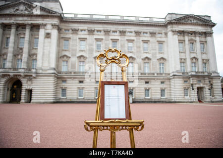 London, UK. 07 May 2019. Tourists and journalists queue to photograph the Royal Baby easel outside Buckingham Palace. The easel formally announces the birth of a boy to the Duke and Duchess of Sussex, Prince Harry and Meghan Markle. Credit: Benjamin Wareing/ Alamy Live News - Stock Photo