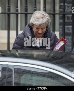 Downing Street, London, UK. 8th May 2019. British Prime Minister Theresa May leaves Downing Street to attend weekly Prime Ministers Questions in Parliament. Credit: Malcolm Park/Alamy Live News. - Stock Photo