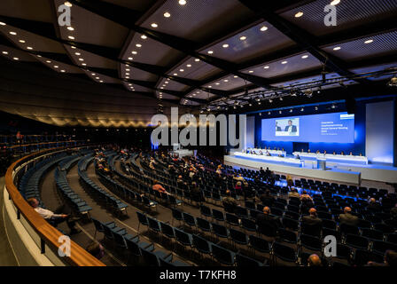 08 May 2019, Hessen, Frankfurt/Main: Shareholders sit at the Annual General Meeting of Deutsche Börse AG. This takes place in the Jahrhunderthalle. Photo: Andreas Arnold/dpa - Stock Photo