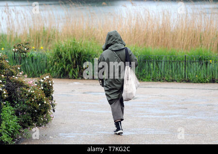 London, UK. 8th May, 2019. London rain along the Serpentine in Hyde Park Credit: JOHNNY ARMSTEAD/Alamy Live News - Stock Photo