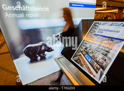 08 May 2019, Hessen, Frankfurt/Main: A woman walks past an information terminal. The Annual General Meeting of Deutsche Börse AG is held in the Jahrhunderthalle. Photo: Andreas Arnold/dpa - Stock Photo