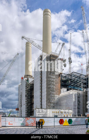 Tower cranes around the iconic chimneys of the closed Battersea Power Station, now a major re-development site. - Stock Photo