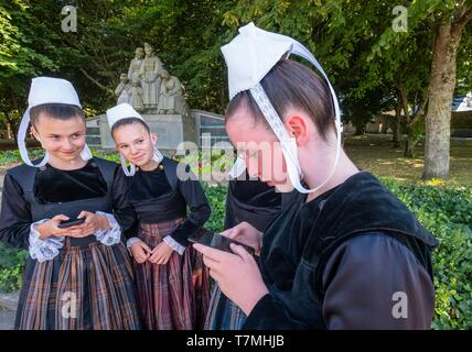 France, Finistere, Pont l'Abbe, Embroiderers festival promotes each year the Bigouden and Breton terroir tradition, with music and dance, the Bigoudens Monument by François Bazin in the background - Stock Photo