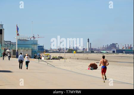 France, Nord, Dunkerque, Malo-les-Bains, Malo-les-Bains dyke and Dunkirk industrial area in the background - Stock Photo