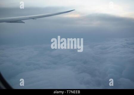 Blick aus dem Fenster eines Flugzeugs samt Flügel