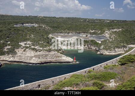 Green, steep slopes descending to the sea near Bonifacio. Grüne, steile Hänge, die in der Nähe von Bonifacio zum Meer abfallen. Zielone klifowe zbocza - Stock Photo