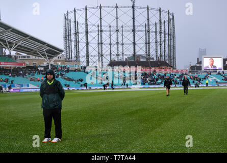 London, UK. 8th May 2019. UK Weather: The outfield is covered with hail and causes  play to stop during the first One Day International between England and Pakistan at The Kia Oval. Credit: Thomas Bowles/Alamy Live News - Stock Photo