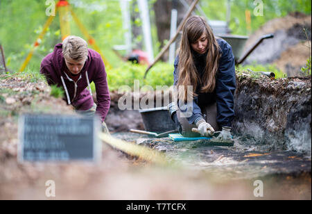 Bielefeld, Germany. 08th May, 2019. Aileen Nowack, a student of archaeology, and Nico Calmund, a trainee at the LWL in Münster, are digging in the excavated Roman marsh camp. Archaeologists of the Landschaftsverband Westfalen-Lippe (LWL) have uncovered the remains of a 2000 year old Roman marsh marsher in the district of Sennestadt. Credit: Guido Kirchner/dpa/Alamy Live News - Stock Photo