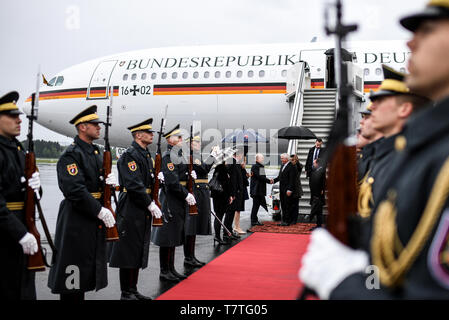Laibach, Slovenia. 06th Apr, 2019. Federal President Frank-Walter Steinmeier is welcomed at the Jo·e-Puc·nik airport in Ljubljana by the German Ambassador to Slovenia, Klaus Riedel. The Federal President is on a two-day trip to Slovenia. Credit: Britta Pedersen/dpa-Zentralbild/dpa/Alamy Live News - Stock Photo