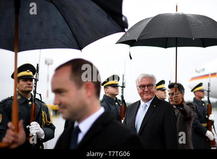 Laibach, Slovenia. 06th Apr, 2019. Federal President Frank-Walter Steinmeier is welcomed at the Jo·e-Joz·e airport in Ljubljana. The Federal President is on a two-day trip to Slovenia. Credit: Britta Pedersen/dpa-Zentralbild/dpa/Alamy Live News - Stock Photo
