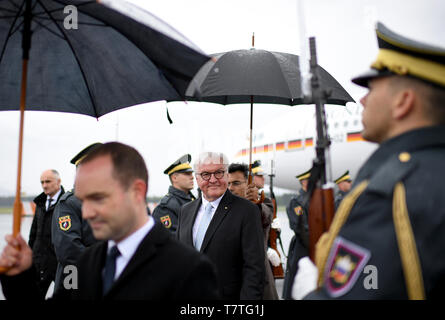 Laibach, Slovenia. 06th Apr, 2019. Federal President Frank-Walter Steinmeier is welcomed at the Jo·e-Puc·nik airport in Ljubljana. The Federal President is on a two-day trip to Slovenia. Credit: Britta Pedersen/dpa-Zentralbild/dpa/Alamy Live News - Stock Photo
