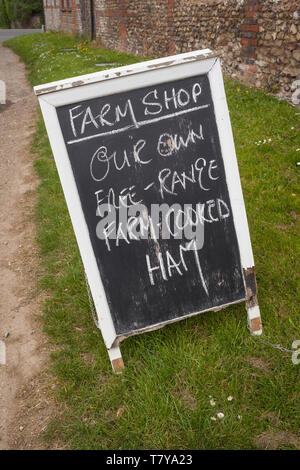 Hand-written sign for Farm Shop selling free-range farm-cooked ham in the village of Britwell Salome, Oxfordshire. - Stock Photo