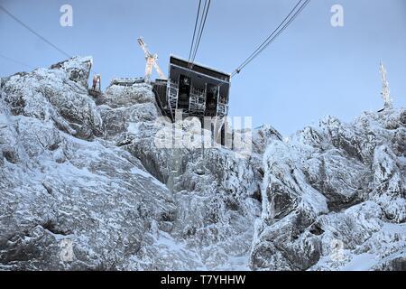 Blick auf die Bergstation der Zugspitze aus dem Fenster der Zugspitzseilbahn - Stock Photo