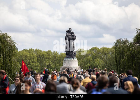 Berlin, Germany. 9th May, 2019. People commemorate Victory Day at the Soviet War Memorial in Treptower Park in Berlin, on May 9, 2019 .Victory Day or VE-Day (Victory in Europe) is commemorated on May 9 in Russia other former Soviet Union countries. The day marks the unconditional surrender of the German Army, and with it the end of the European campaign of the Second World War. Credit: Omer Messinger/ZUMA Wire/Alamy Live News - Stock Photo