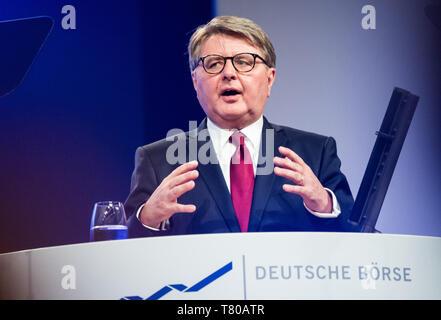 08 May 2019, Hessen, Frankfurt/Main: Theodor Weimer, CEO of Deutsche Börse AG, gesticulates on the podium. The Annual General Meeting of Deutsche Börse AG is held in the Jahrhunderthalle Frankfurt. Photo: Andreas Arnold/dpa - Stock Photo