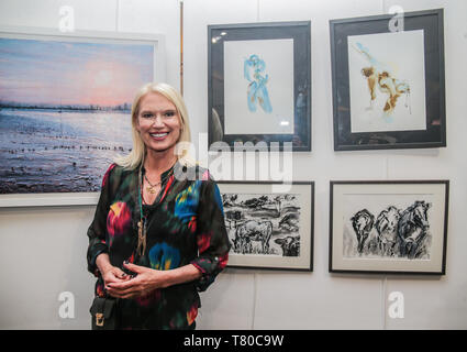 London, UK. 09th May, 2019. This year's special guest invited to open the Wimbledon Art fair was actress and broadcaster, Anneka Rice best known for her program 'Treasure Hunt' broadcasted on Channel 4 in the early eighties.Paul Quezada-Neiman/Alamy Live News Credit: Paul Quezada-Neiman/Alamy Live News - Stock Photo