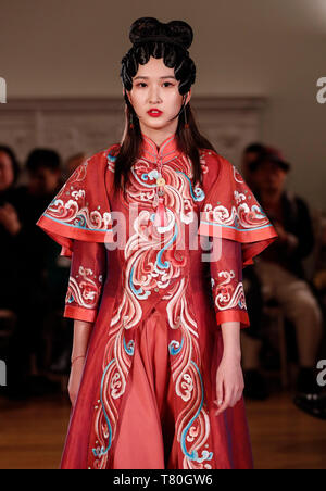 London, UK. 8th May, 2019. A model walks the runway during the Zhejiang Traditional Craft Innovation Exhibition at Asia House in London, Britain on May 8, 2019. Organized by the Zhejiang Provincial Department of Culture and Tourism, the exhibition is a part of the fifth London Crafts Week and will last for four days. Credit: Han Yan/Xinhua/Alamy Live News - Stock Photo